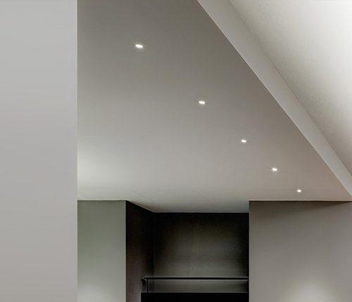 Illuminare-una-casa-moderna-l'uso-dei-faretti-bianchi-blog-moodcreativo1